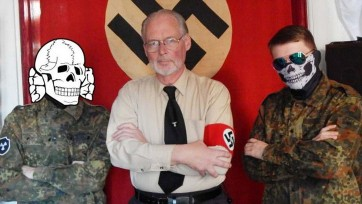 James Mason, auteur de Siege, pose fièrement avec des membres de l'AWD